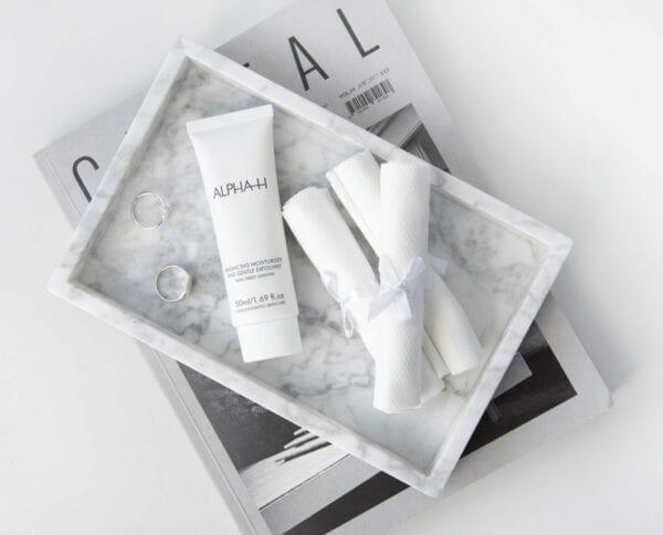 ALPHA-H Balancing moisturizer & Gentle exfoliant nachtcreme voor acne naast handdoekjes