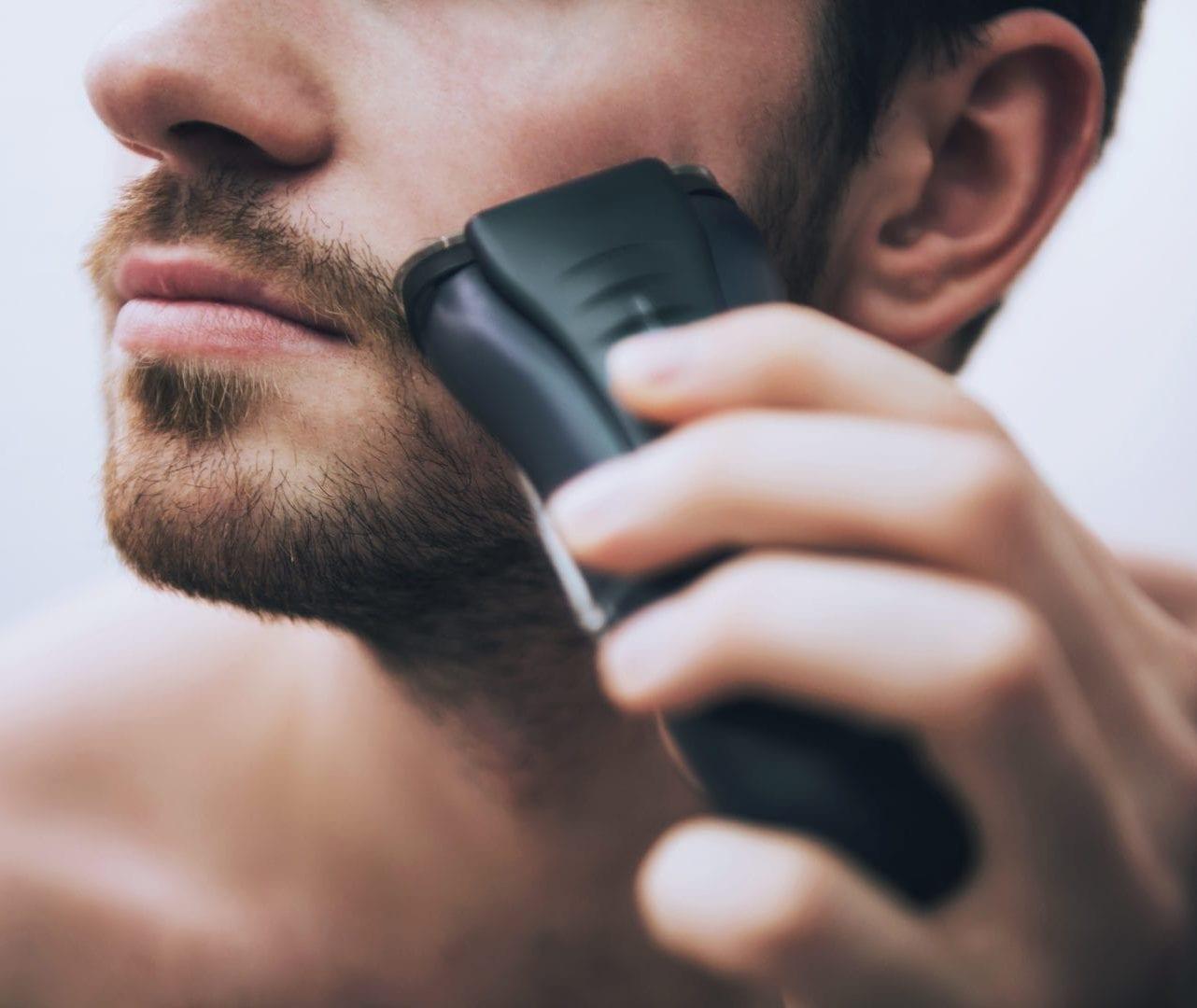 Man scheert zijn gezicht | droog scheren kan ingegroeide haren veroorzaken